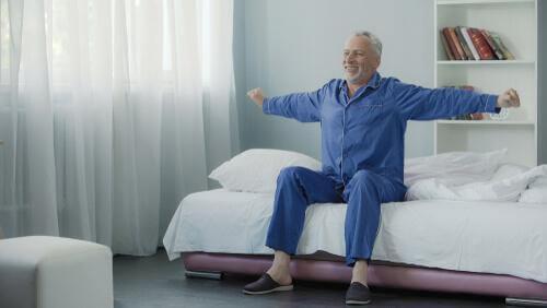 Wyspany starszy mężczyzna
