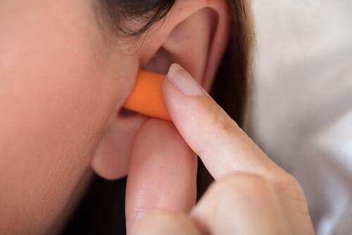 Zatyczki do uszu pozwalają na lepsze  wysypianie się
