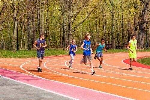 Chłopcy uprawiają sport