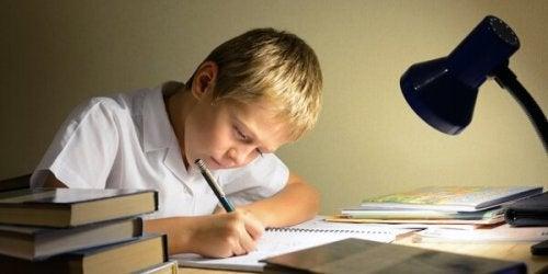 Chłopiec odrabiający pracę domową
