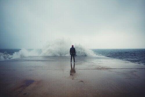 Człowiek nad morzem - złapać wodze życia