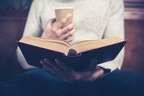 Czytanie biografii i jego liczne psychologiczne zalety