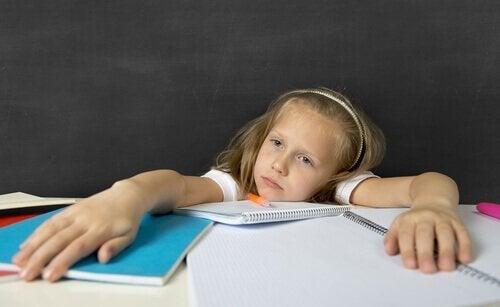 Dziewczynka zmęczona pracą domową