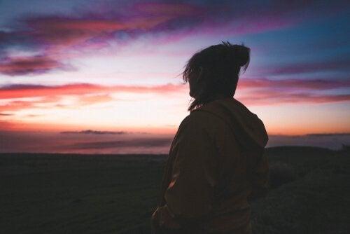 Kobieta patrząca na horyzont