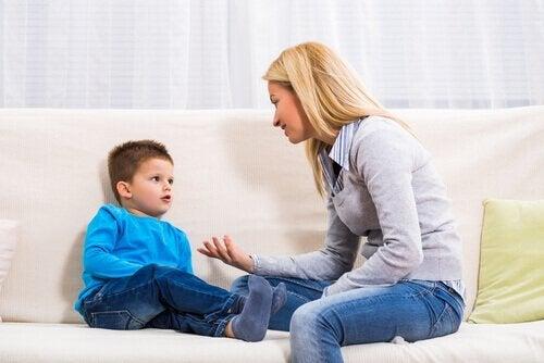 Matka rozmawia z synem