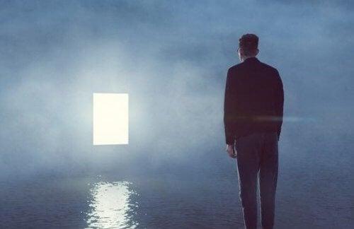 mężczyzna patrzący na drzwi