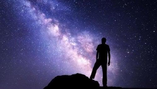 Mężczyzna patrzący na wszechświat