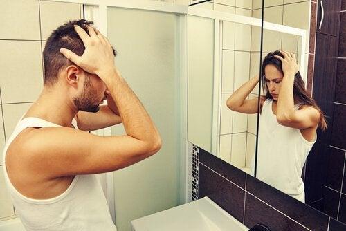 Mężczyzna widzący kobietę w lustrze