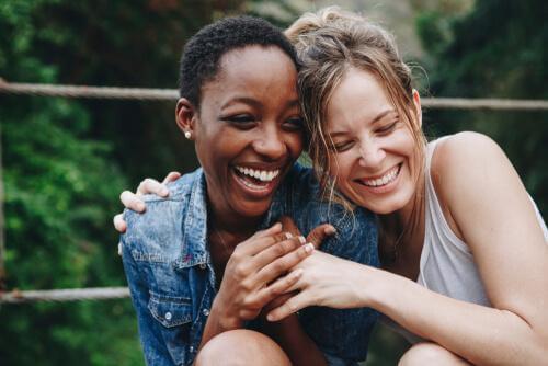 Śmiejące się przyjaciółki - zalety humoru