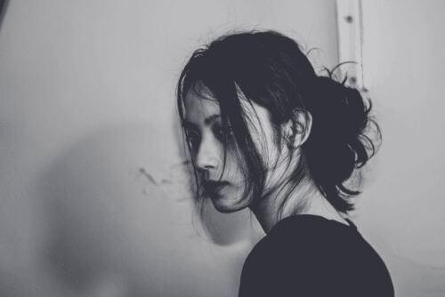 Smutna kobieta cierpi na depresję