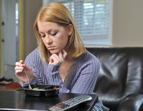 Smutna kobieta podczas posiłku