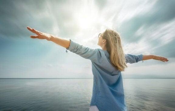 Szczęśliwa kobieta w morzu - chce zostać zwycięzcą