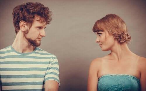 Kobieta i mężczyzna patrzą sobie w oczy