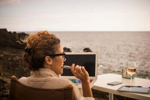Kobieta przy biurku nad brzegiem morza