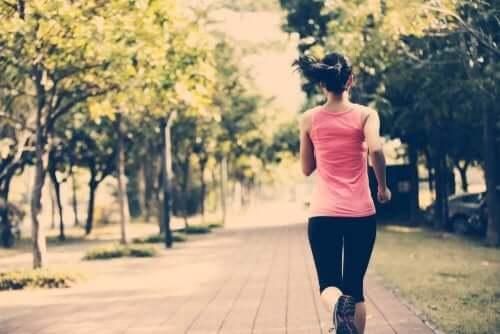 Kobieta uprawia jogging w parku