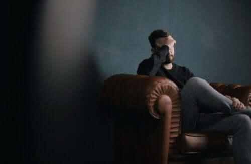 Mężczyzna z depresją siedzi na kanapie
