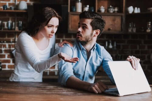 Mężczyzna zamyka laptopa przed partnerką