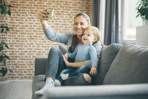 Matka i dziecko robią sobie zdjęcie na kanapie