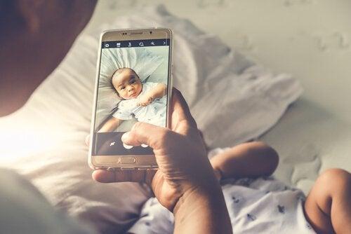 Ojciec robi niemowlęciu zdjęcie