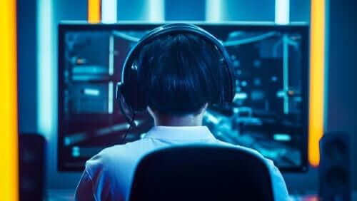 Chłopiec grający na komputerze