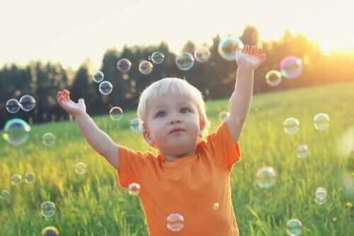 Chłopiec i bańki mydlane