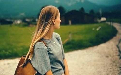 Dziewczyna patrząca w dal