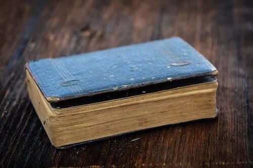 Książka na stole