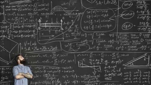 Mężczyzna przy tablicy z obliczeniami wykorzystuje twierdzenie Bayesa