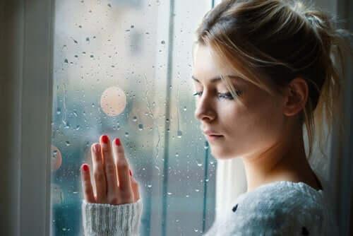 Smutna kobieta przy oknie