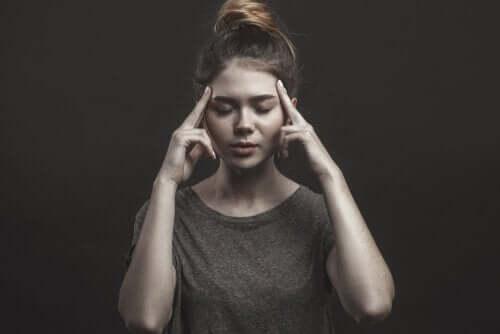 Zamyślona kobieta - radzenie sobie ze złością
