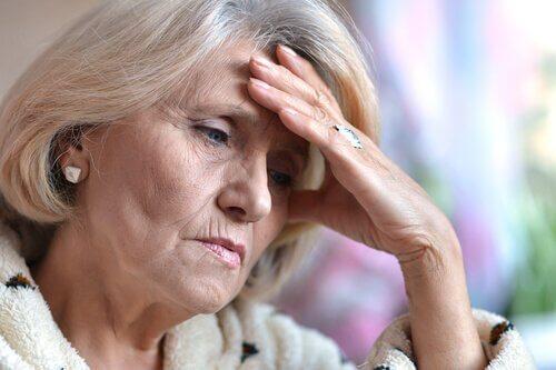 Zmartwiona starsza kobieta, a depresja