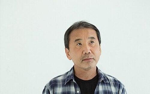 Haruki Murakami patrzy w górę
