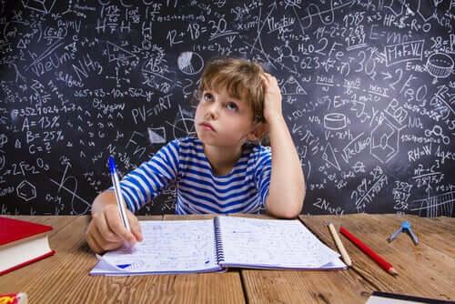 chłopiec uczący się matematyki