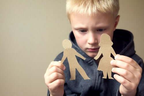 Chłopiec z figurkami rodziny