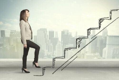 Kobieta idzie po schodach