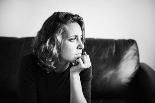 Kobieta myśli jak pokonać zwątpienie w trudnych chwilach