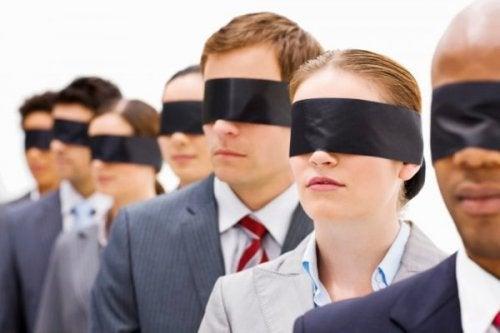Ludzie z zasłoniętymi oczyma
