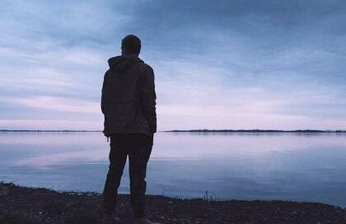 Mężczyzna patrzy na morze