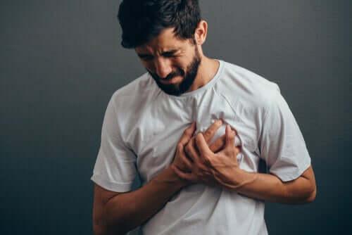 Ból w klatce piersiowej i jego związek z nerwami - poznaj go!