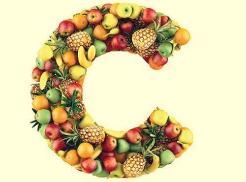 Owoce ułożone w kształcie litery C - bo ich spożywanie pomaga zmniejszyć stres