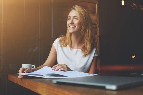 Uśmiechnięta kobieta w pracy