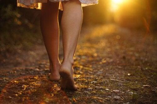 Kobieta idzie boso przez las