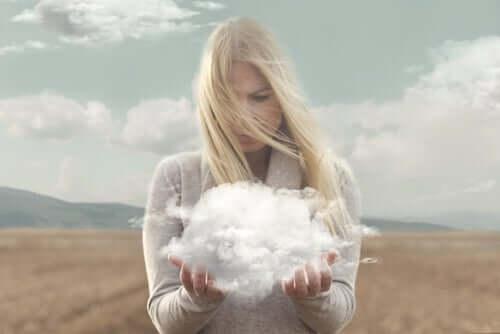 Kobieta z chmurą w dłoniach
