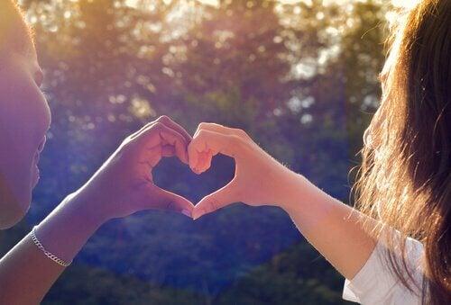 Przyjaciółki robią serce z dłoni