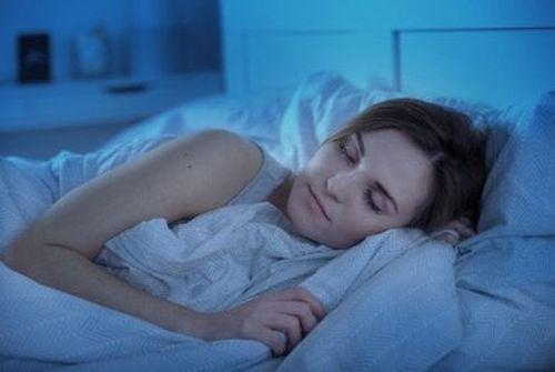 Higiena snu - kobieta śpi w łóżku