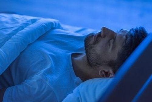 Higiena snu - mężczyzna śpi w łóżku