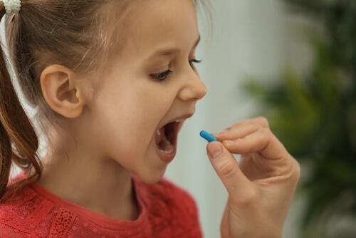 Dziecko łykające tabletkę
