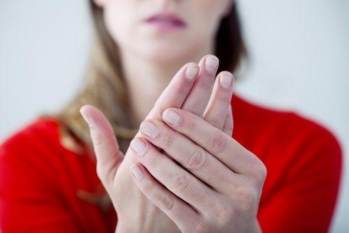 Kobieta z drżącymi rękoma