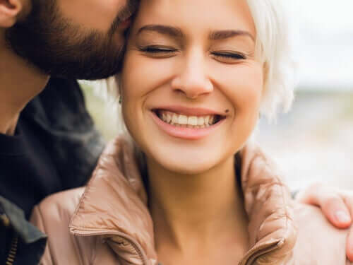Mężczyzna całujący kobietę