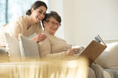 Opieka nad starszą kobietą